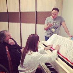 Александр Градский готовит своего участника к этапу поединков на Голос 6.